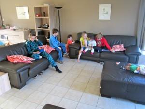 Kinderen chillen zetels living vakantiehuis Ardennen panorama 2 (4)
