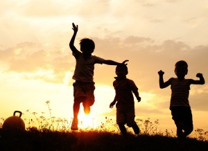 Kinderen-spelen-buiten-grote-tuin-vakantiehuis-Ardennen (3)