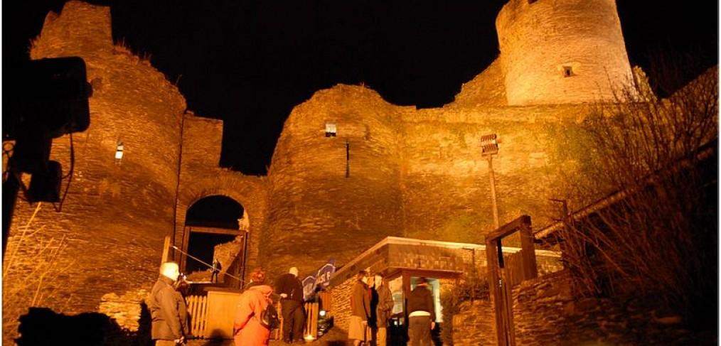 feodaal kasteel bij schemeravond - Le Ciel et L a Roche