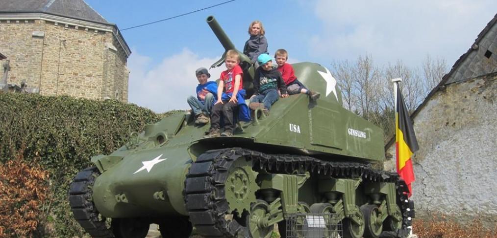 kinderen op tank in la Roche familie Kuypers