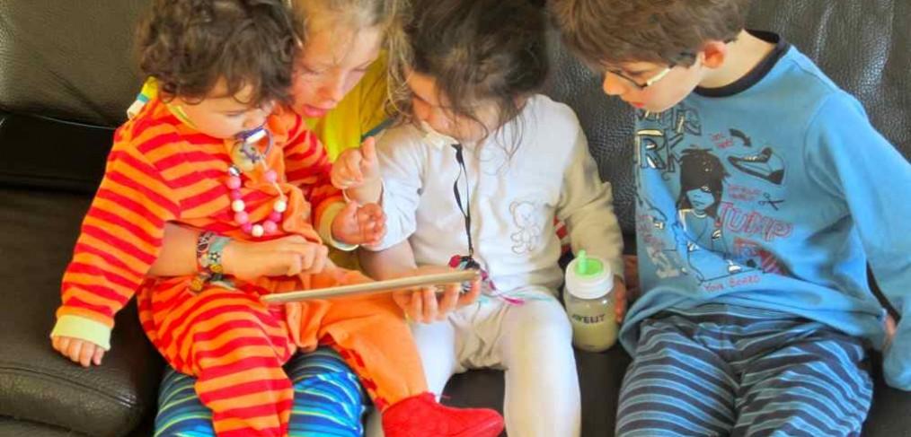 Kinderen op iPad vakantiehuis Ardennen